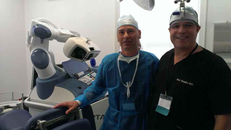 dr. Ron Shapiro és dr. Sikos Géza az ARTAS robottal
